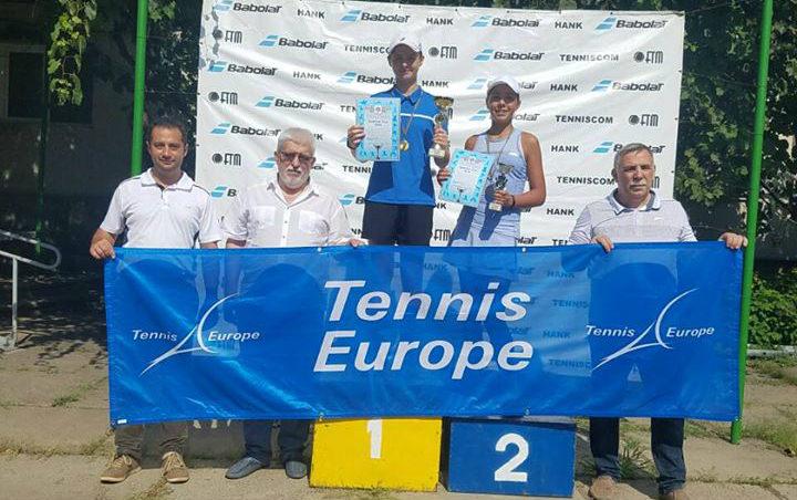 Vlada Haețcaia și Iulia Gherman, câștigătoarele turneului Babolat Cup U14