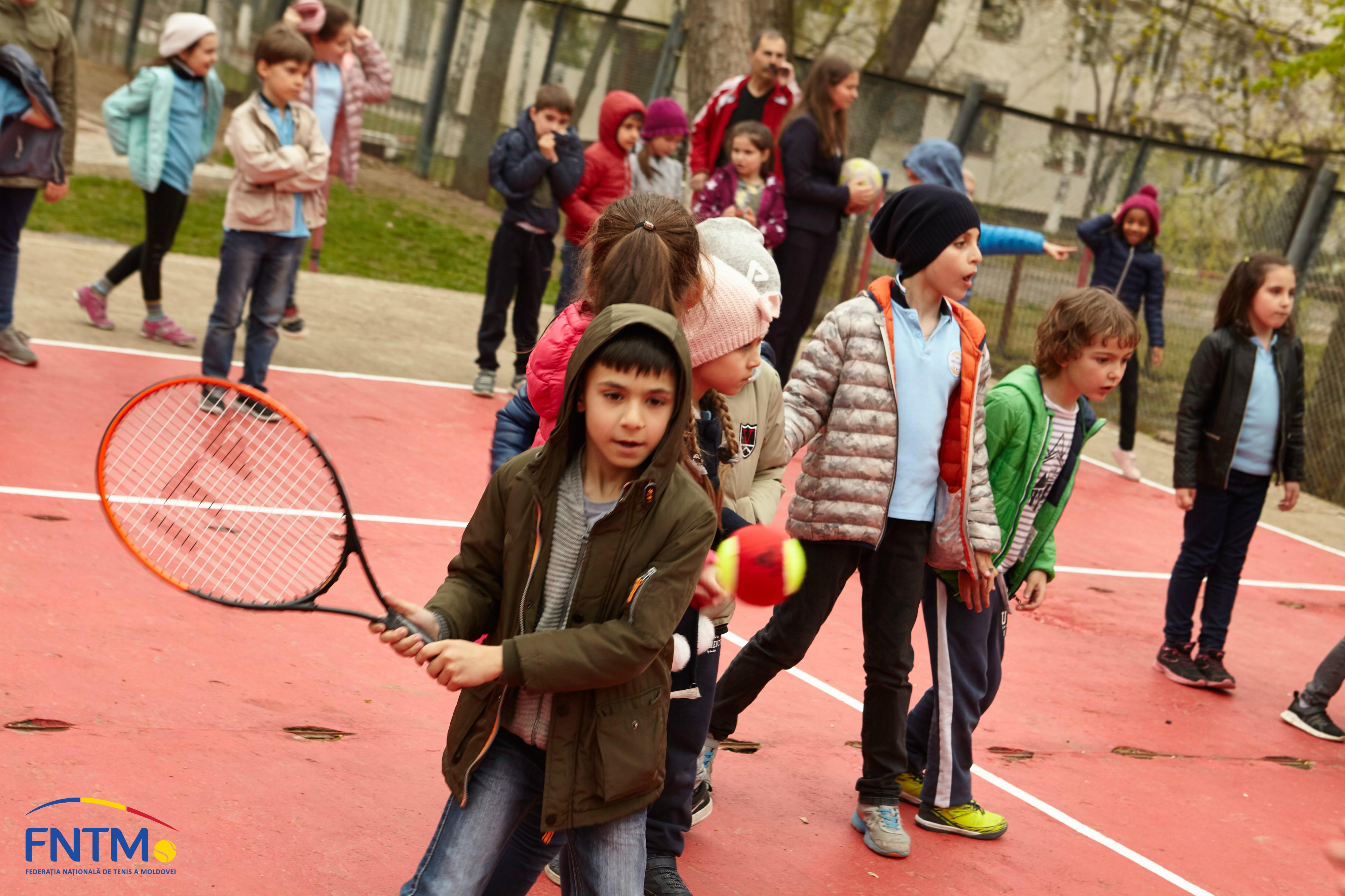 """La Liceul """"Orizont"""" din sectorul Buiucani a apărut un teren de tenis Orange Court"""